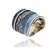 anillo en plata y pigmentos en tonos azules
