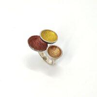 anillo en plata y pigmentos en tonos ocres