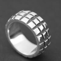 anillo plata oxidada y brillo dibujo cuadrados en relive