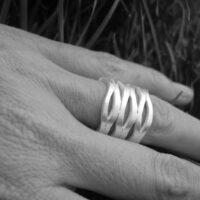 anillo alargado plata mate tipo reja