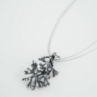 Colgante de plata oxidada con forma de rama de coral