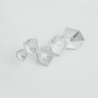 Broche en plata mate con formas hexagonales