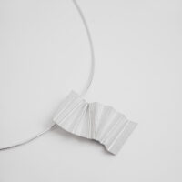 Colgante en plata mate con figura origami