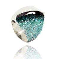 anillo en plata y pigmentos en tonos verdes