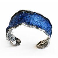 pulsera en plata y pigmentos en tonos azules