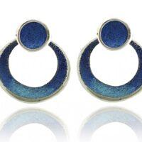 pendientes en plata y pigmentos en tonos azules